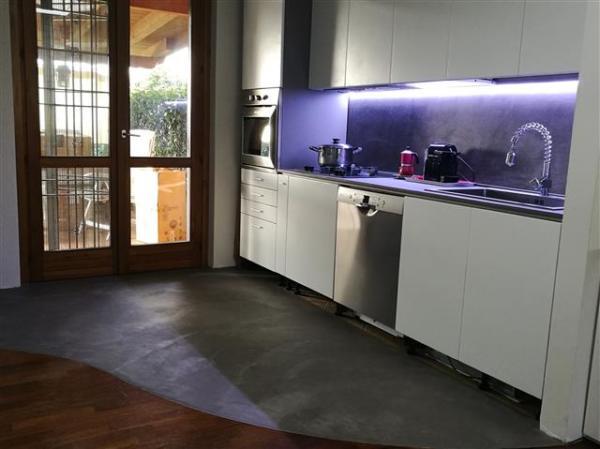 Cucina rivestita con resine